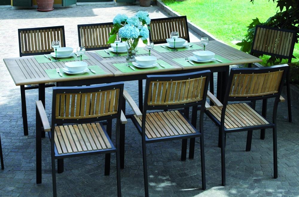 Tavolo allungabile in alluminio nero con piano in legno for Tavolo nero allungabile